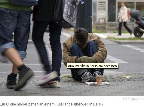 Junger Mann bettelnd in Berlin